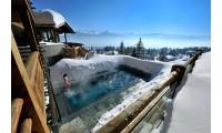 Купание в тёплой воде зимой на свежем воздухе